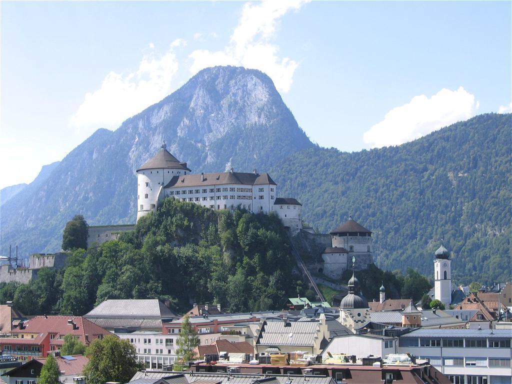 Festung Kufstein mit dem Hausberg Pendling im Hintergrund